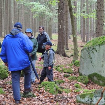 diskuse u pamětního kamene