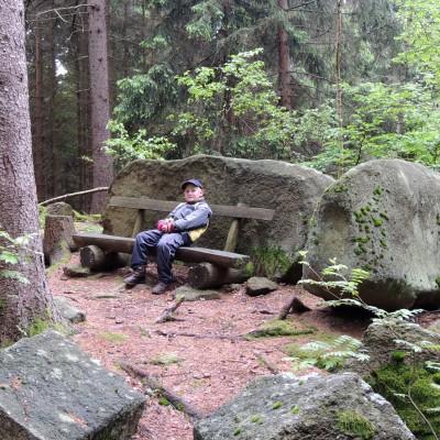 lavička na skalním srubu