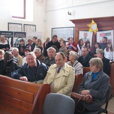 diváci v synagoze