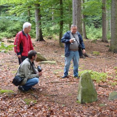 špičatý značený kámen v lese