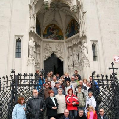 před kostelem