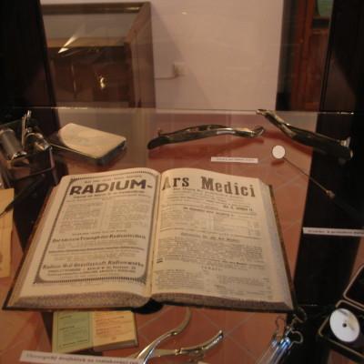 lékařské spisy a nástroje