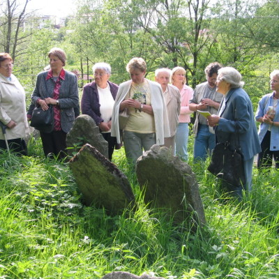rozprava na hřbitově