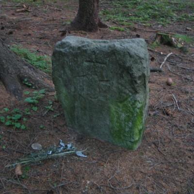 09 - opracovaná kámen s křížem