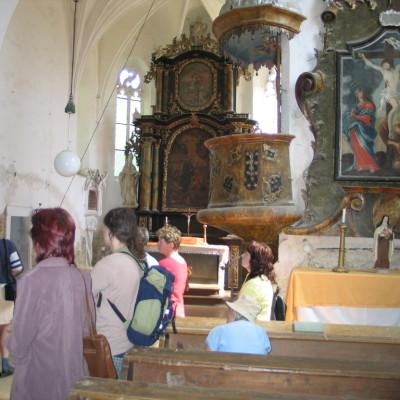 muzejníci prohlížejí kostel