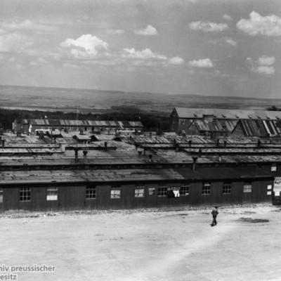 """Blick auf einen Teil der Geb""""ude des KZ Buchenwald nach der Befreiung durch die Amerikaner"""