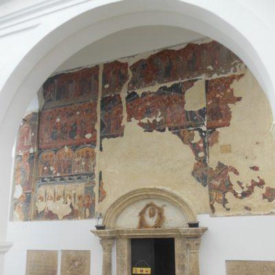 Průčelí kostela zdobí freska