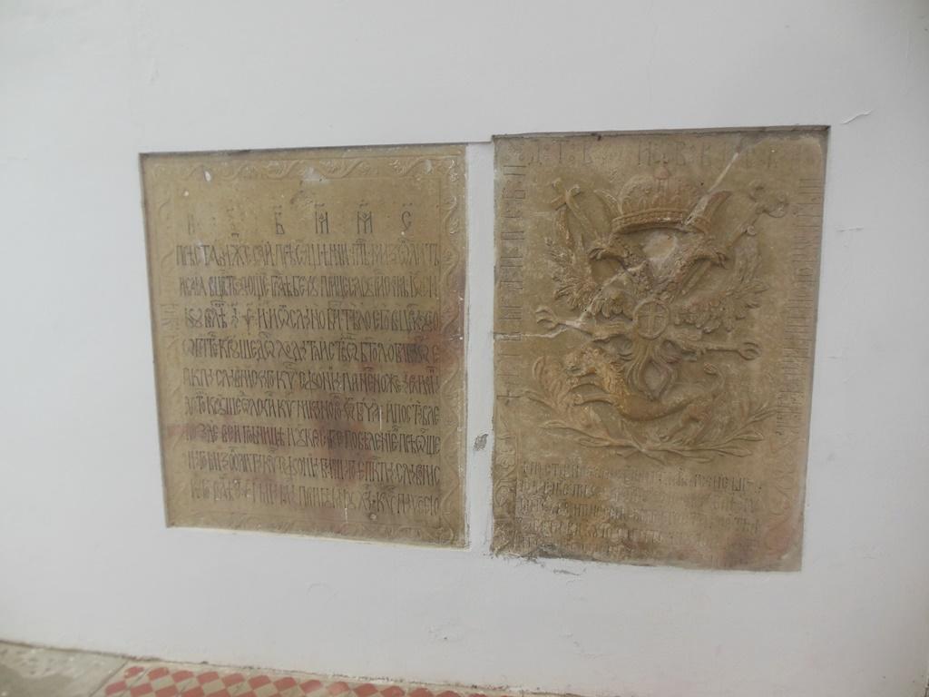 Desky na stěně kostela