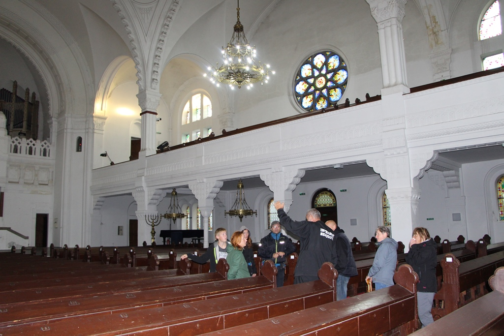 Muzejníci v synagoze