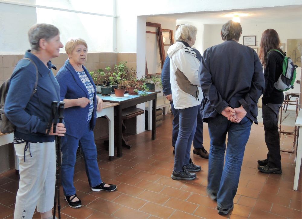 Muzejníci uvnitř synagogy