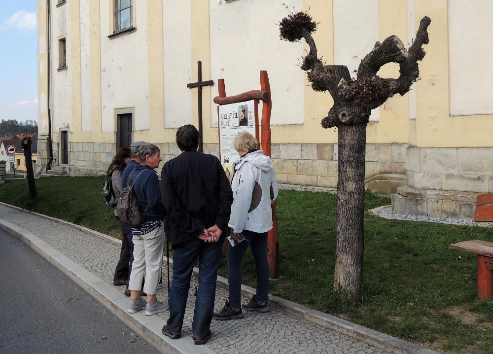 Poslední zastavení u kostela