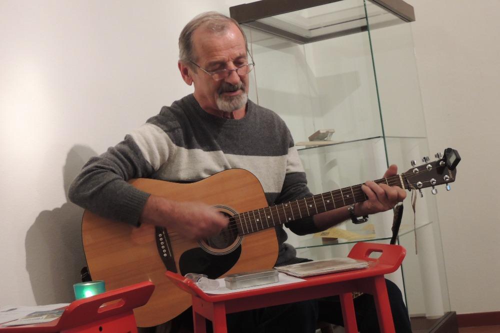 Hraje a zpívá M. Němec